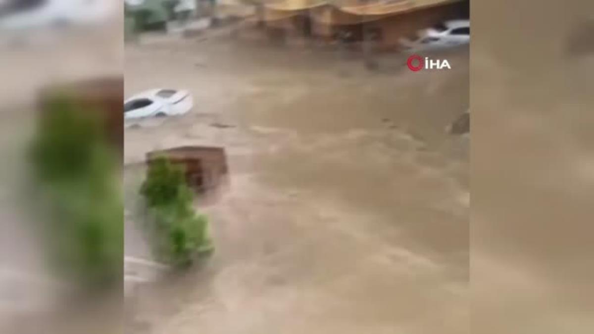 Otomobiller sel suları altında kaldı...Mahsur kalan vatandaşlar botlarla kurtarıldı