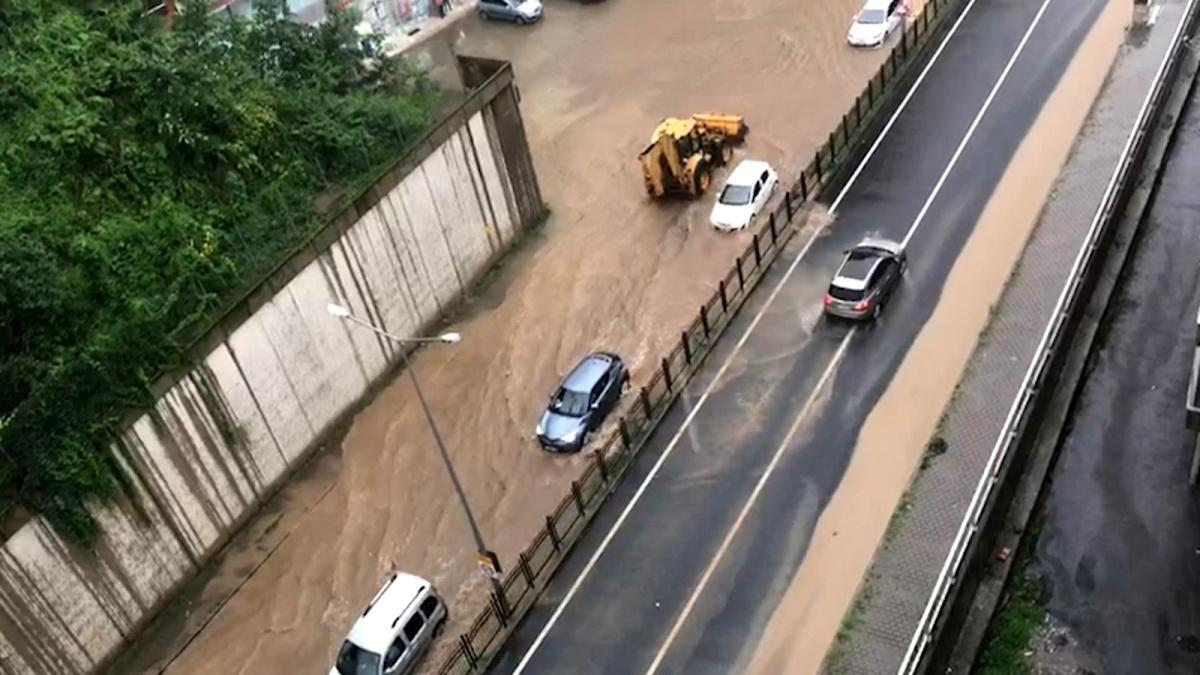 Rize'de şiddetli yağış nedeniyle şehir merkezini su bastı
